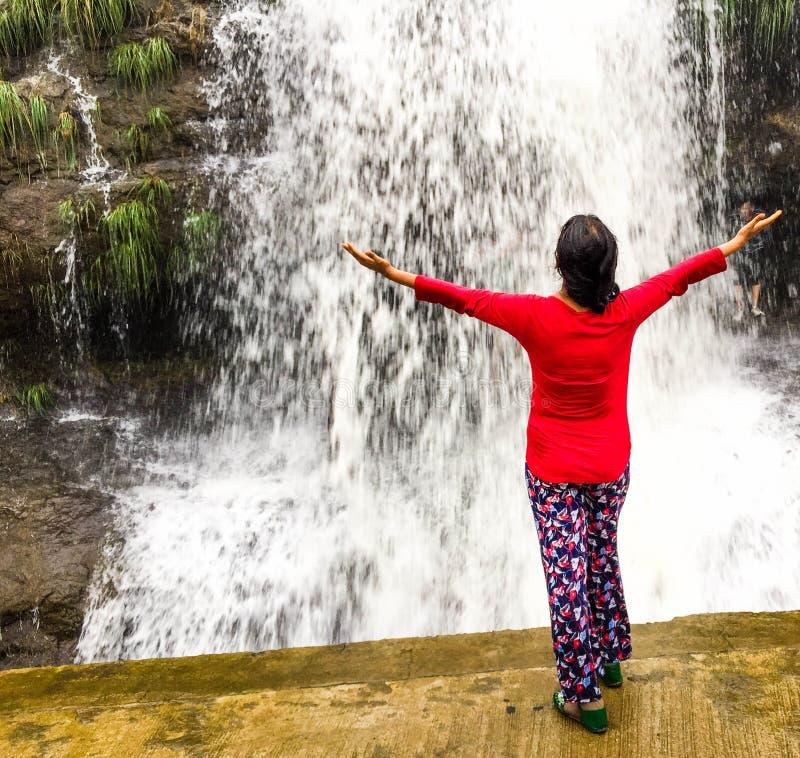 Jeunes douches appréciantes ledy de cascade photographie stock libre de droits