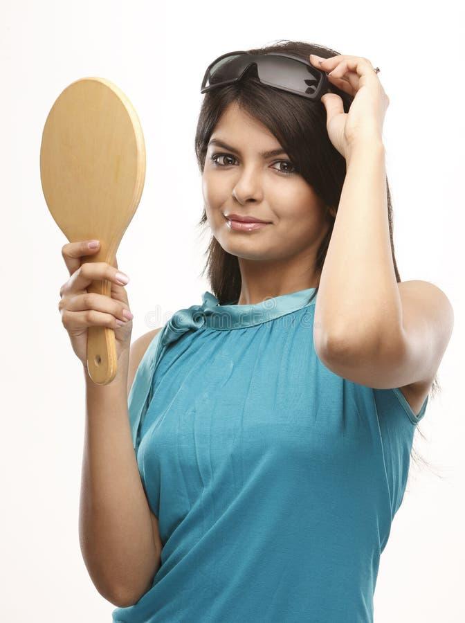 jeunes du soleil de miroir en verre de fille images stock