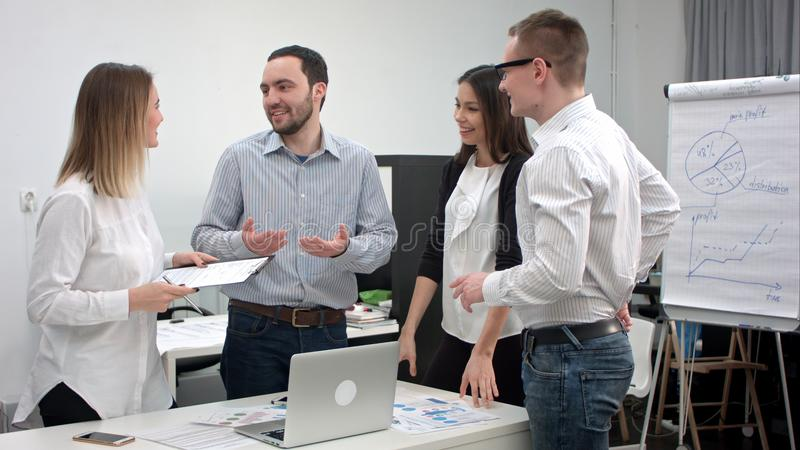 Jeunes employés de bureau ayant l'amusement au cours de la réunion d'affaires photos libres de droits