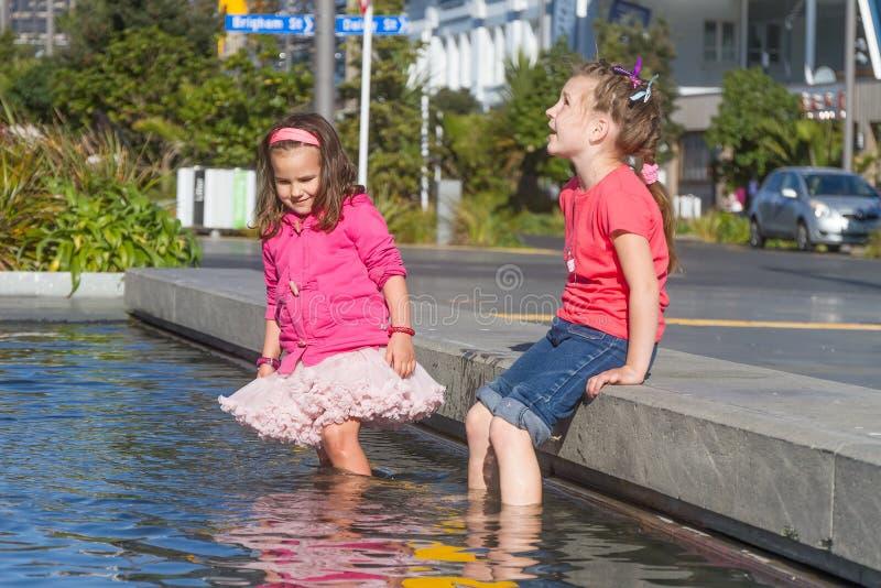 Jeunes enfants heureux ayant l'amusement dehors photographie stock