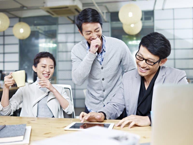 Jeunes entrepreneurs asiatiques travaillant dans le bureau image stock