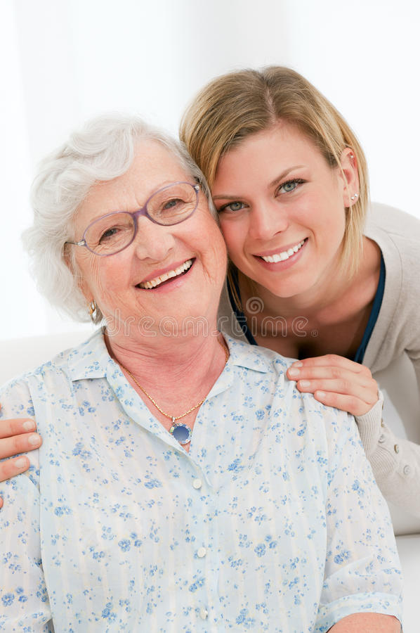 Jeunes et dames âgées heureux photo stock