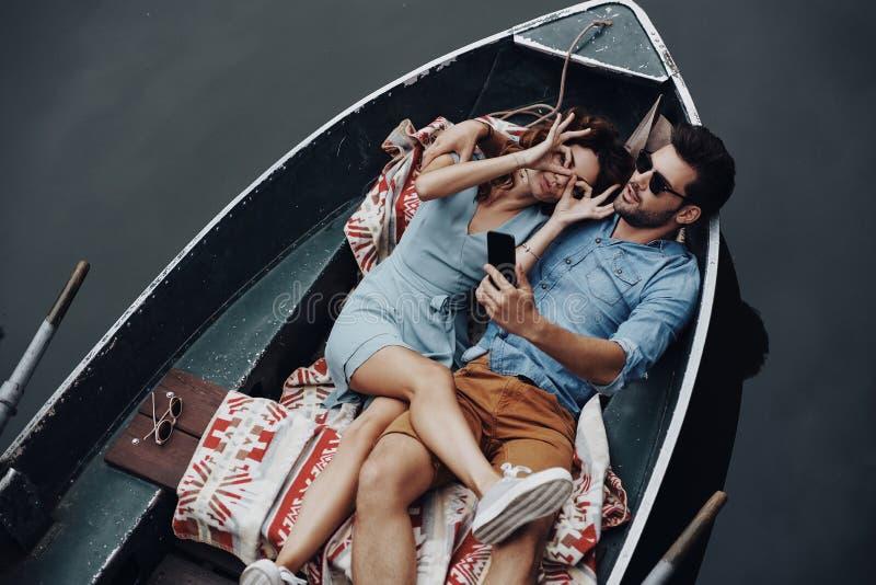 Jeunes et espiègles couples photo stock