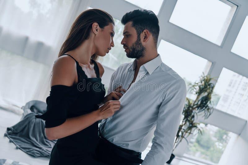 Jeunes et espi?gles couples photo libre de droits