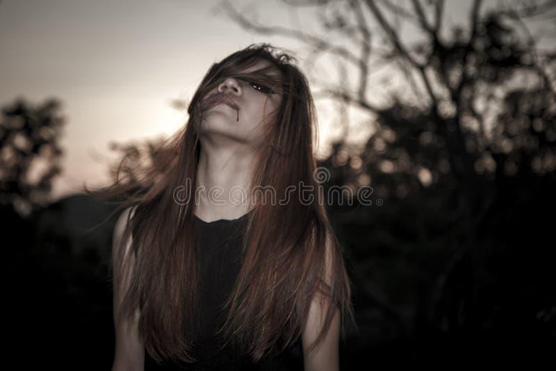 Jeunes et verticales de femme d'emo de beauté photos libres de droits