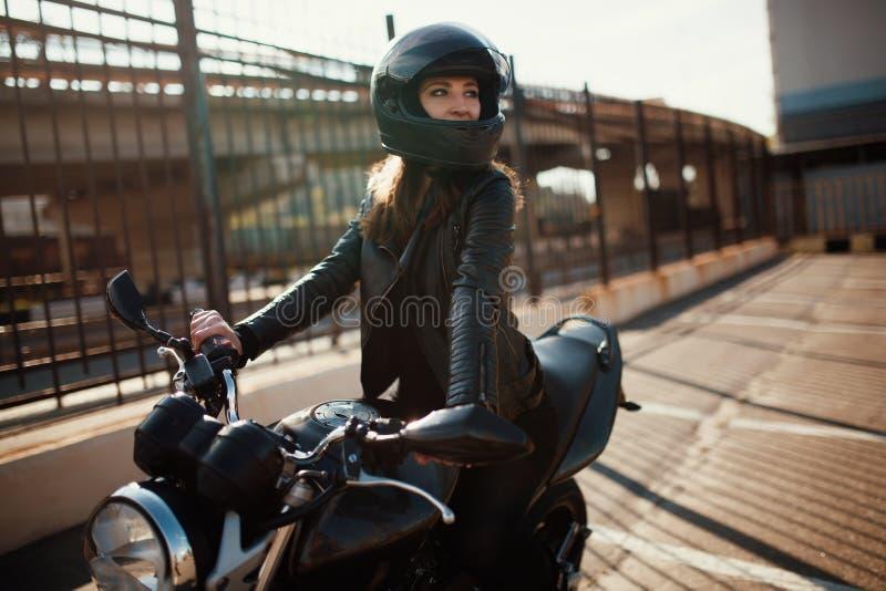 Jeunes femme et moto mignonnes de brune photo stock