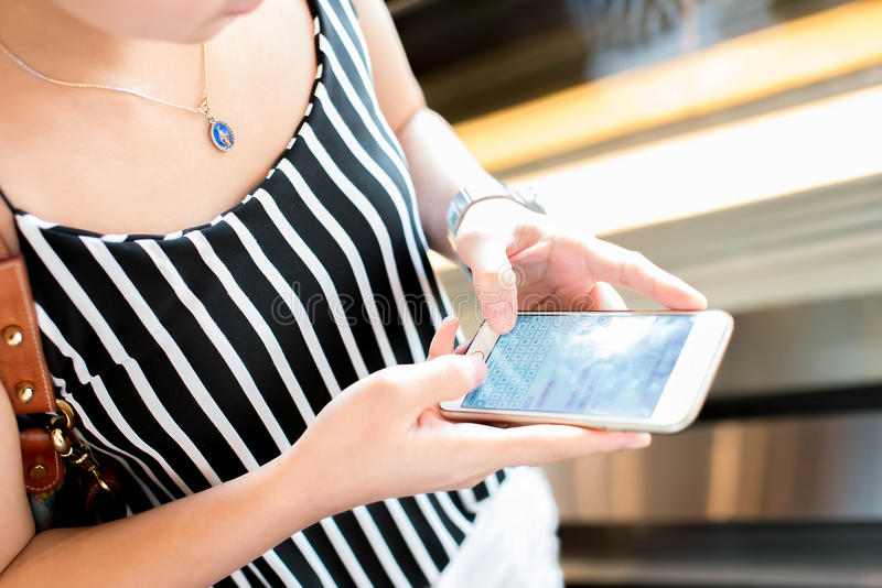 Jeunes femmes à l'aide d'un téléphone portable avec le message textuel photographie stock