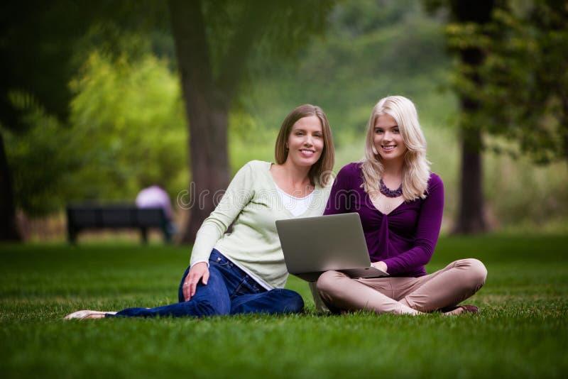Jeunes femmes à l'aide de l'ordinateur portable images libres de droits