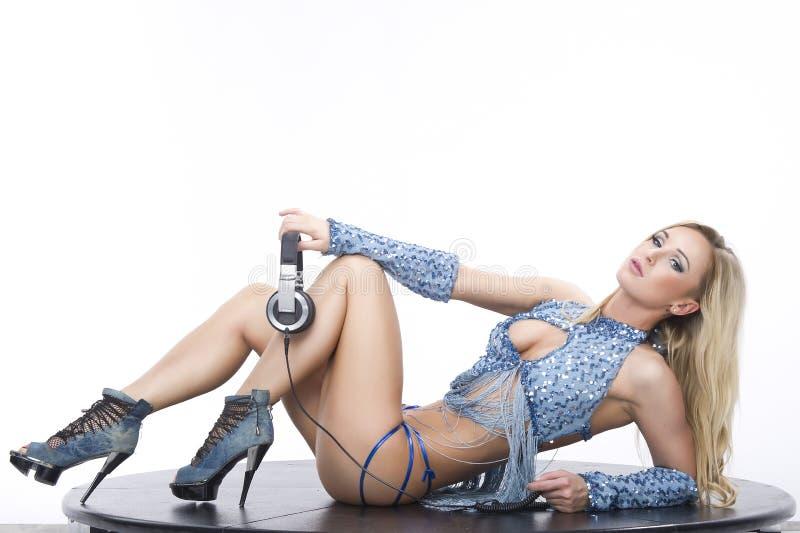 Jeunes femmes élégantes DJ de verticale sur le fond blanc photo stock