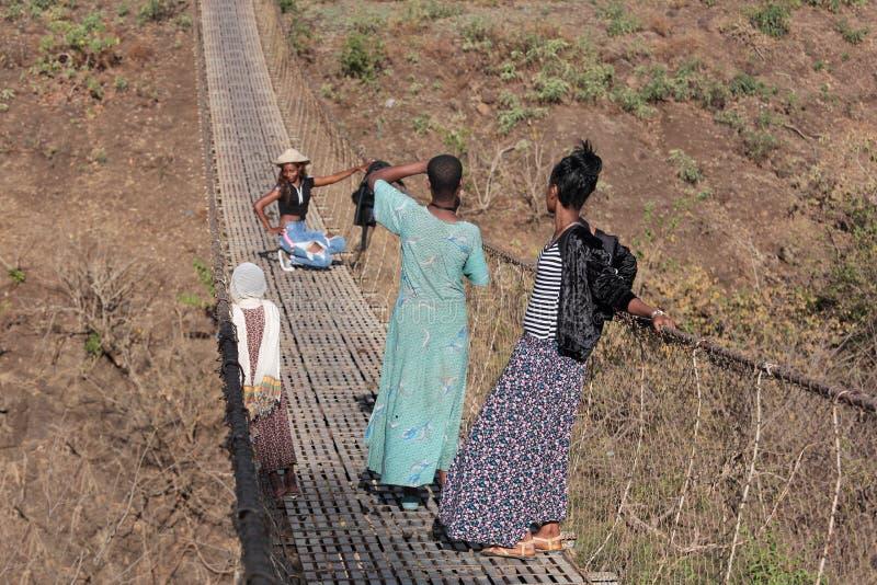 Jeunes femmes éthiopiennes faisant la photo de charme sur le pont images libres de droits