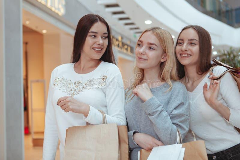 Jeunes femmes appréciant l'achat ensemble au mail images stock
