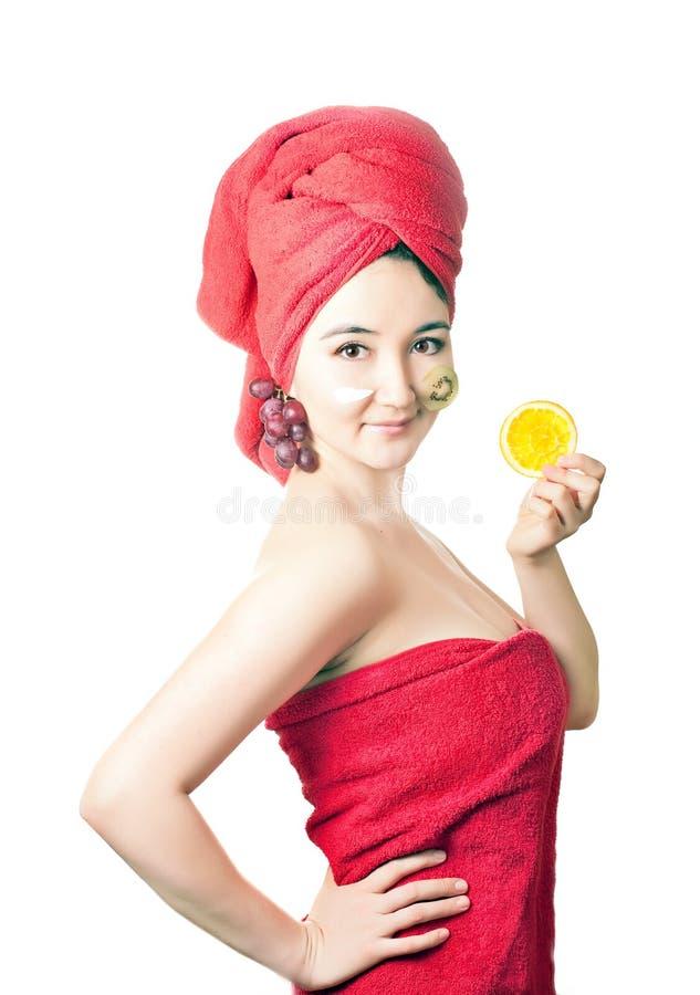Jeunes femmes asiatiques avec le masque protecteur et les fruits images stock