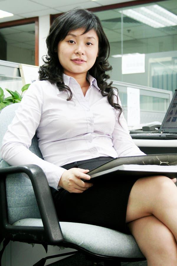 Jeunes femmes asiatiques dans l'offcie image stock