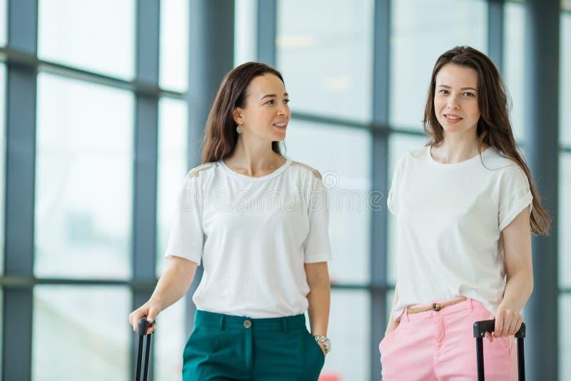 Jeunes femmes avec des bagages dans l'aéroport international Passagers de ligne aérienne dans un avion de attente de vol de salon photographie stock