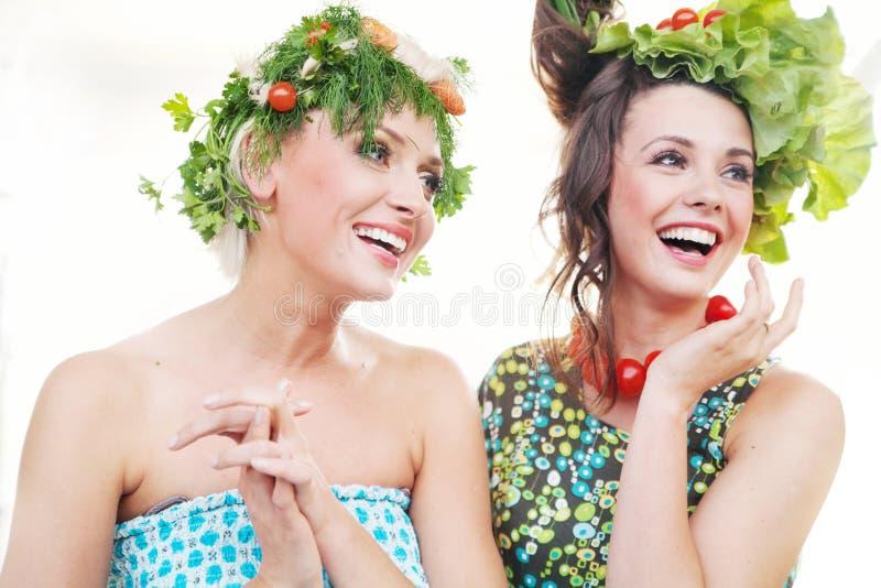 Jeunes femmes avec des coiffures de légumes photographie stock