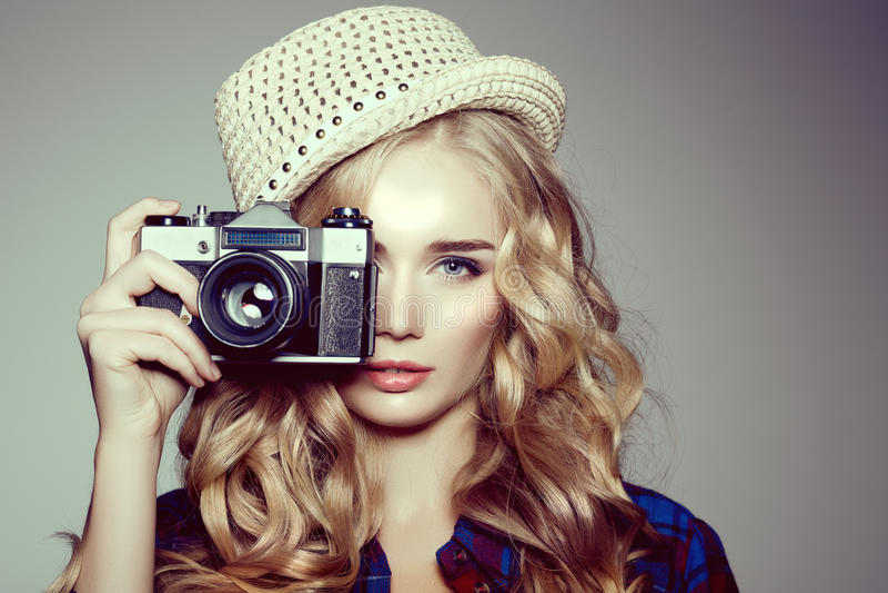 Jeunes femmes avec l'appareil-photo Blonde dans une chemise de plaid Mode de hippie photos libres de droits