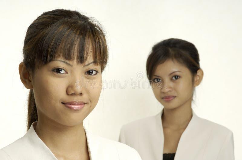 Jeunes femmes d'affaires images stock