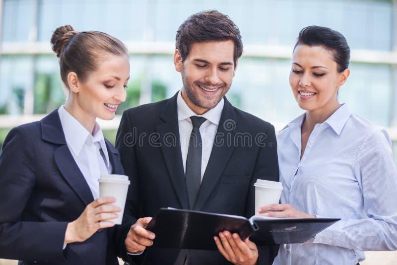 Jeunes femmes d'affaires et homme de sourire d'affaires photo libre de droits