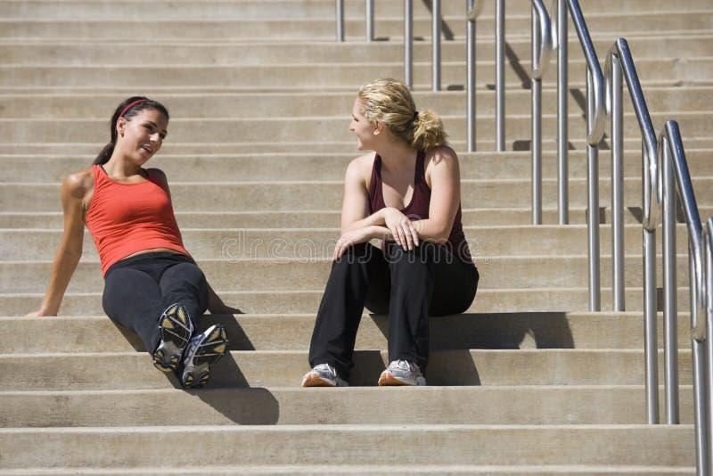 Jeunes femmes dans la conversation images stock