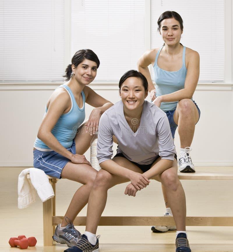 Jeunes femmes dans le club de santé photographie stock