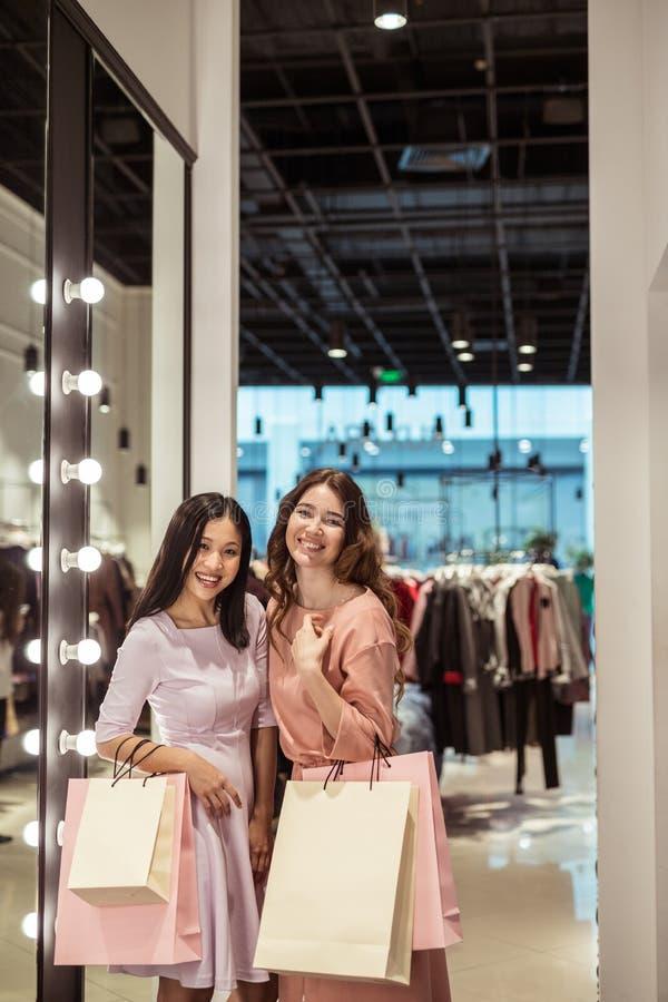 Jeunes femmes dans le magasin images libres de droits