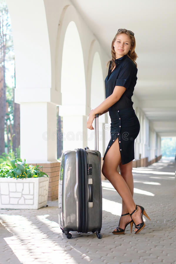 Jeunes femmes de sourire avec le bagage images stock