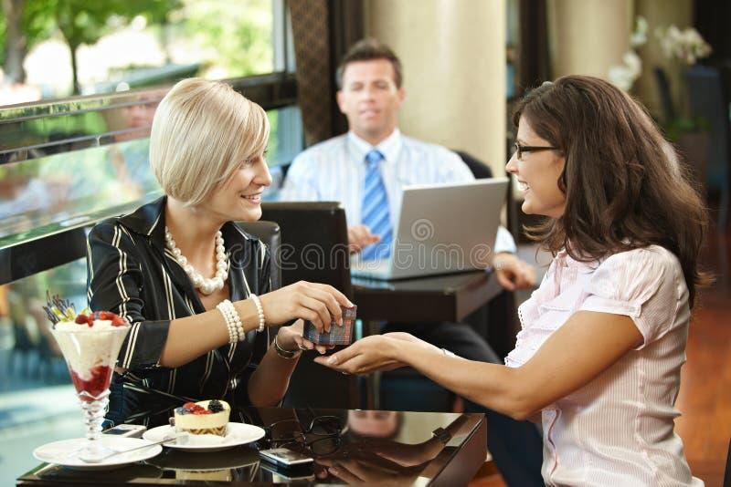 Jeunes femmes en café photo libre de droits