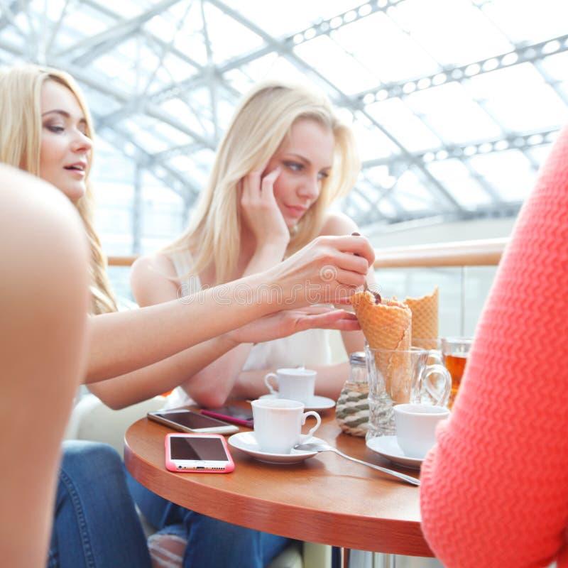 Jeunes femmes en café images stock