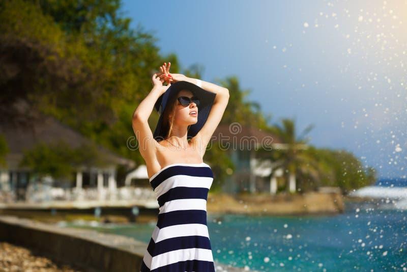Jeunes femmes en chapeau de paille et plage élégante appréciant le soleil tropical Concept de soins de la peau d'été jolies vacan photos stock