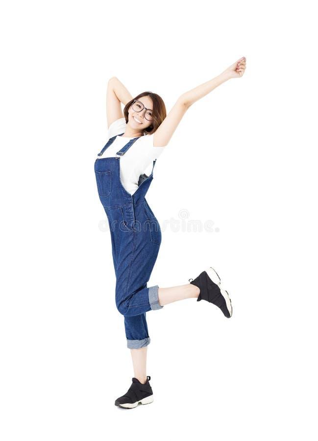 Jeunes femmes enthousiastes heureuses avec des bras prolongés photographie stock