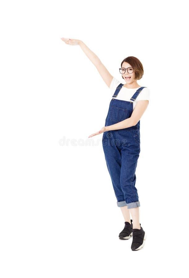 Jeunes femmes enthousiastes heureuses avec des bras prolongés photos libres de droits