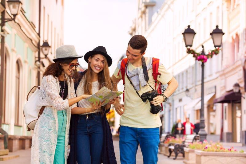 Jeunes femmes et type heureux avec l'appareil-photo comme touristes photos libres de droits