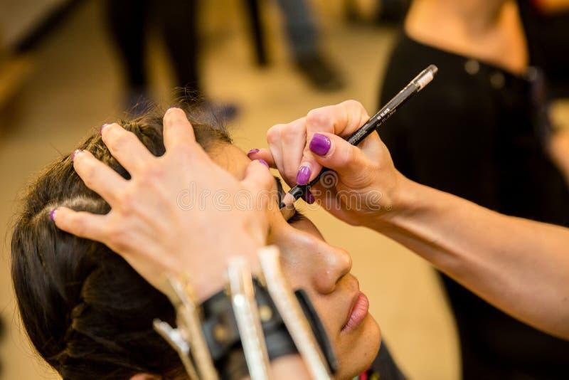Jeunes femmes faisant le maquillage, old-fashioned backstage image stock