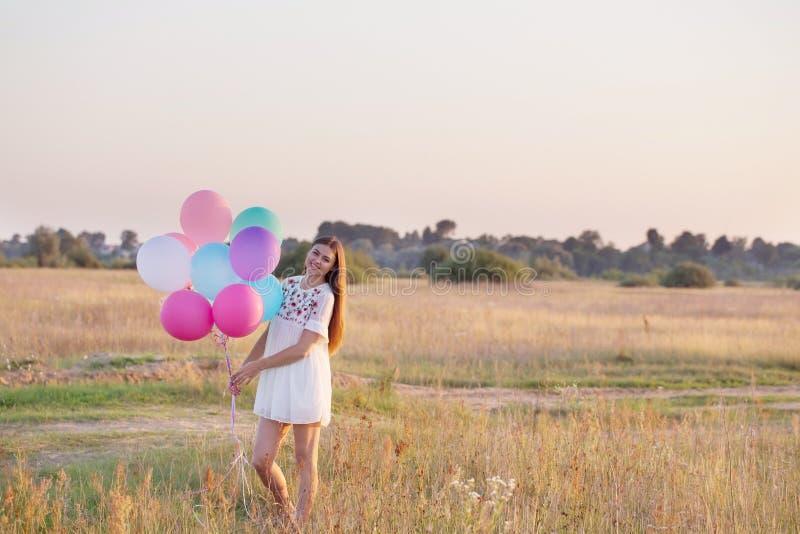 Jeunes femmes heureuses avec des ballons extérieurs images libres de droits