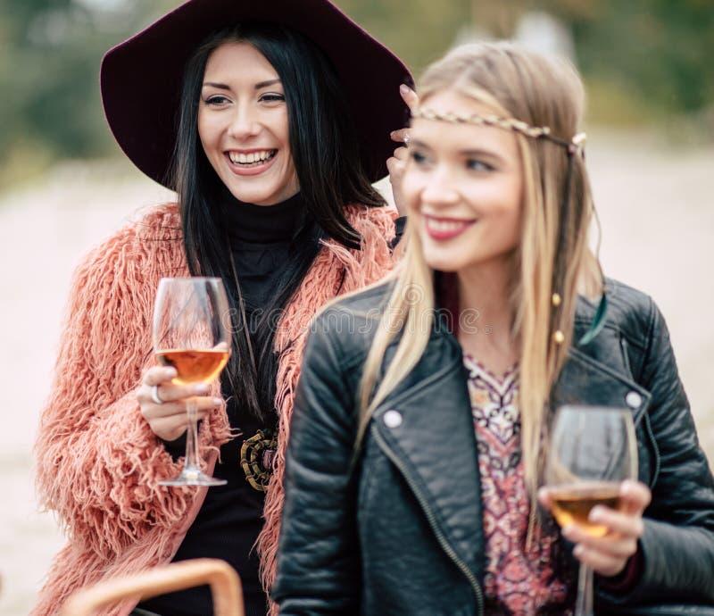Jeunes femmes heureuses avec des verres images stock