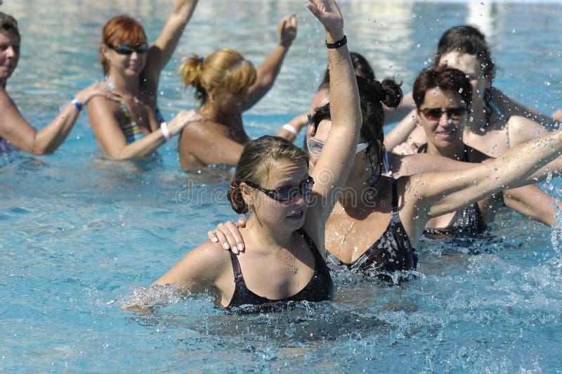 Jeunes femmes heureuses faisant l'exercice images stock