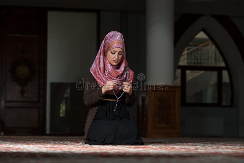 Jeunes femmes musulmanes priant dans la mosquée images libres de droits