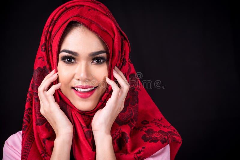 Jeunes femmes musulmanes sur le fond noir images stock