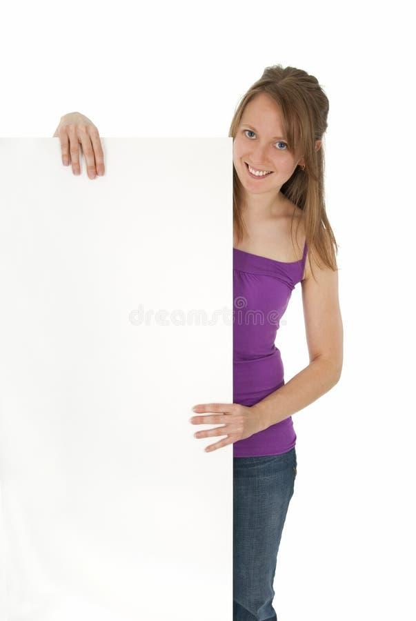 Jeunes femmes occasionnelles retenant une annonce blanc de drapeau photo stock
