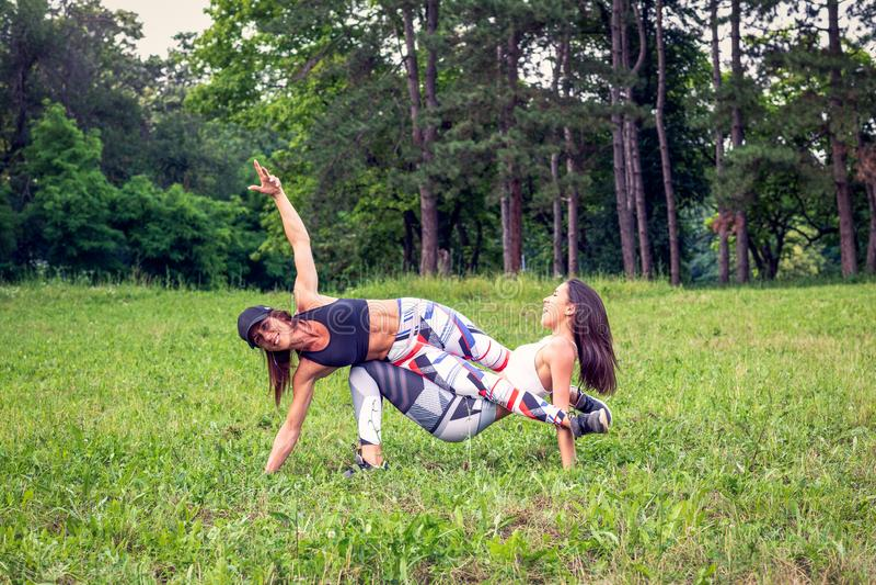 Jeunes femmes pratiquant l'exercice drôle à la nature photos libres de droits