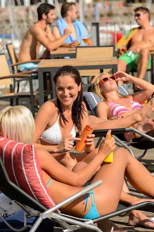 Jeune femme prenant un bain de soleil l'été de chaise longue photographie stock