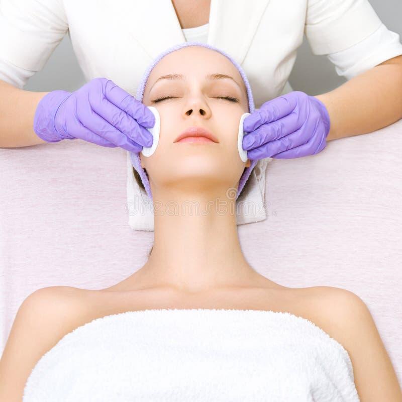 Jeune femme recevant la thérapie de beauté image stock