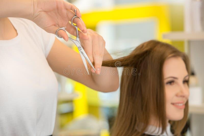 Jeunes femmes s'asseyant dans le style de salon de coiffure de beauté photo libre de droits