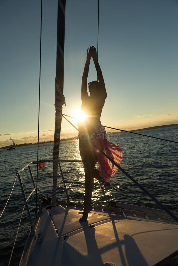 Jeunes femmes se tenant au bord du voilier photographie stock libre de droits