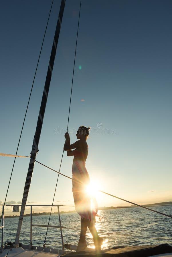 Jeunes femmes se tenant au bord du voilier photos stock