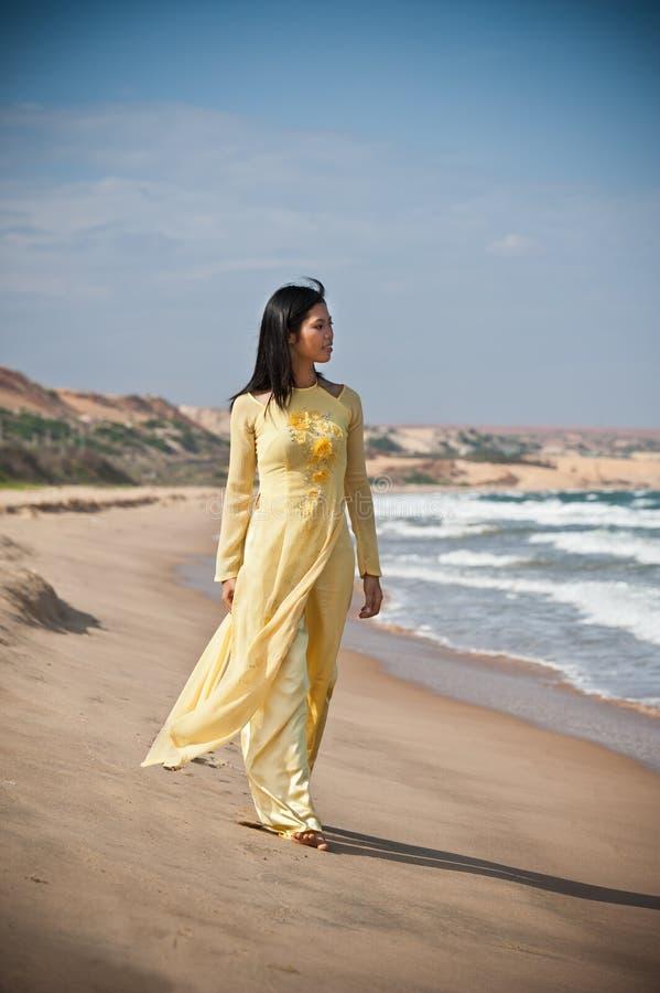 Jeunes femmes sur la plage image libre de droits
