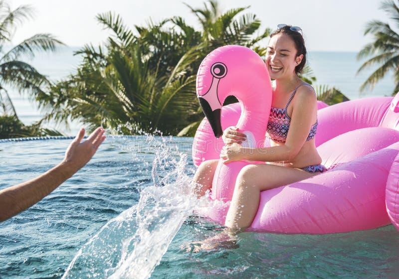 Jeunes femmes sur une piscine gonflable photo stock