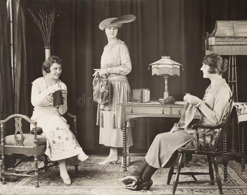 Jeunes femmes tricotant à la maison image libre de droits