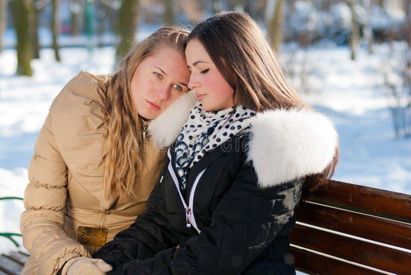 Jeune fille préoccupée soulagée par son ami image stock