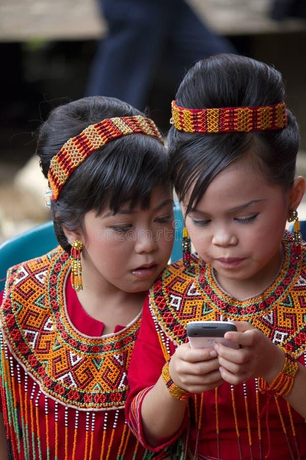 Jeunes filles à la cérémonie funèbre de Toraja image libre de droits
